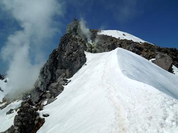 北溶岩ドームから噴出す噴煙.jpg