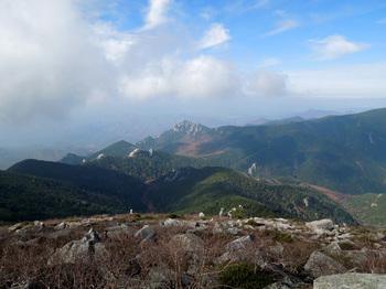 金峰山山頂から大日岩・瑞牆山方面.jpg